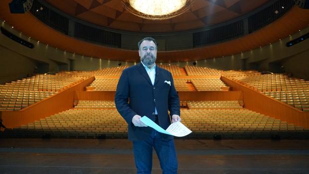Carlos Álvarez, conductor del documental, en el Teatro de la Maestranza