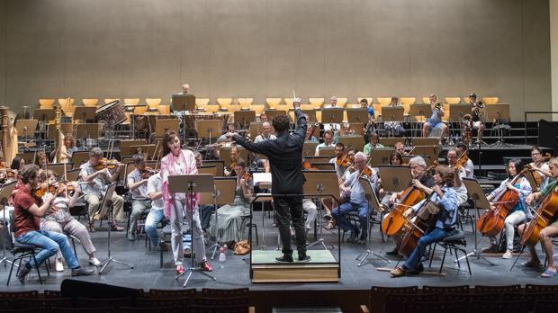 La Real Orquesta Sinfónica de Sevilla durante un ensayo dirigido por John Axelrod