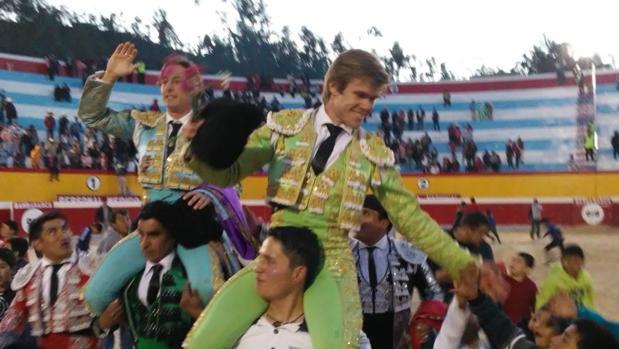 El torero Javier Jiménez. a hombros en su debut en Bambamarca