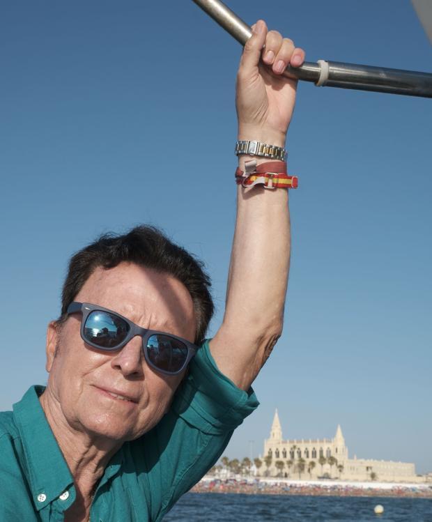 Ortega Cano, a bordo de un barco. con el Santuario de Chipiona al fondo
