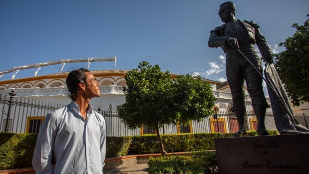 José Ruiz Muñoz, junto a la estatua de su tío, el maestro Curro Romero