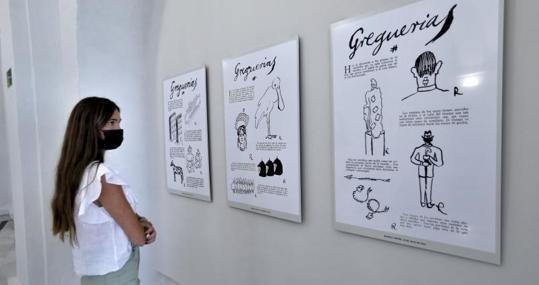 Una espectadora en la exposición de dibujos de Gómez de la Serna