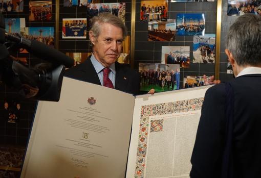Colón de Carvajal con la carta del descubridor anunciado su hallazgo