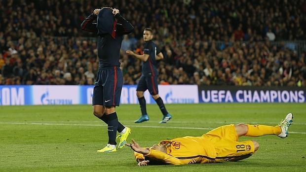 Jordi Alba se queja tirado en el césped