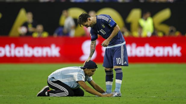 Un espontáneo quiso homenajear a Messi