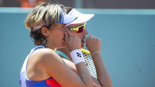 María José Martínez (delante) y Johanna Konta en el Mutua Madrid Open