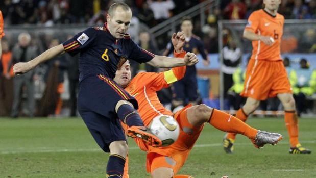 Andrés Iniesta anotando el gol decisivo en la final del mundial 2010