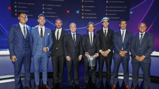 Keylor, Ramos, Beckham, Modric, Kaká, Figo y Roberto Carlos junto al presidente del Real Madrid, Florentino Pérez