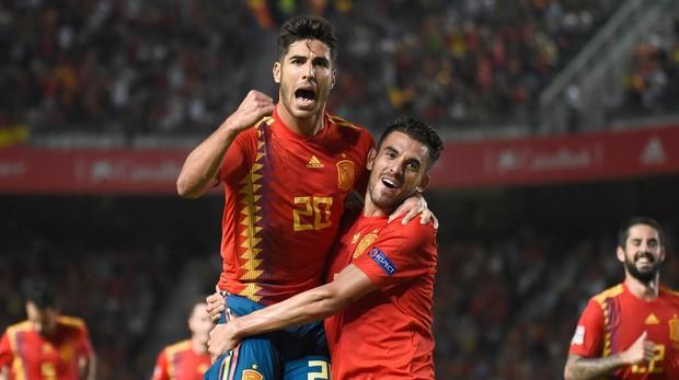 Marco Asensio celebra el gol anotado ante Croacia junto a Dani Ceballos