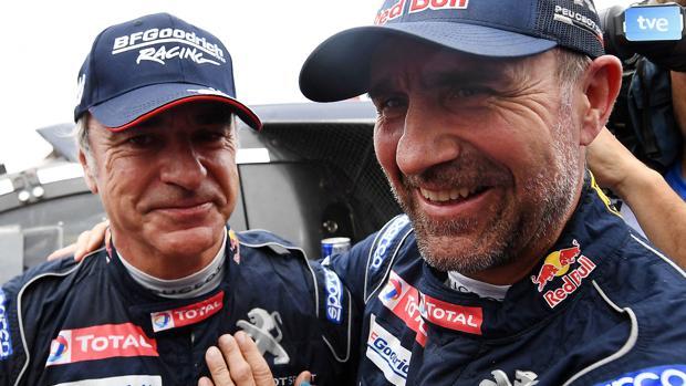 Sainz, felicitado por Peterhansel tras su victoria en 2018