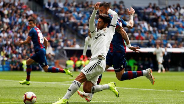 Marco Asensio cae durante el partido contra el Levante