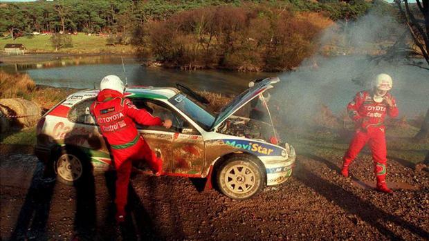 Luis Moya propina una patada al coche en plena desesperación
