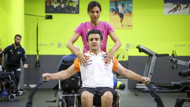Esteve, que no tiene movilidad del pecho para abajo desde el accidente de 2007, se ejercita con su preparadora
