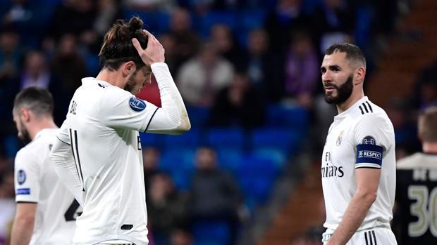 Bale y Benzema, tras la eliminación del Real Madrid ante el Ajax