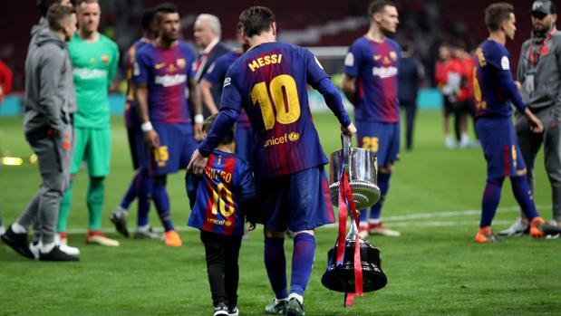 Lionel Messi con la Copa del Rey del año pasado