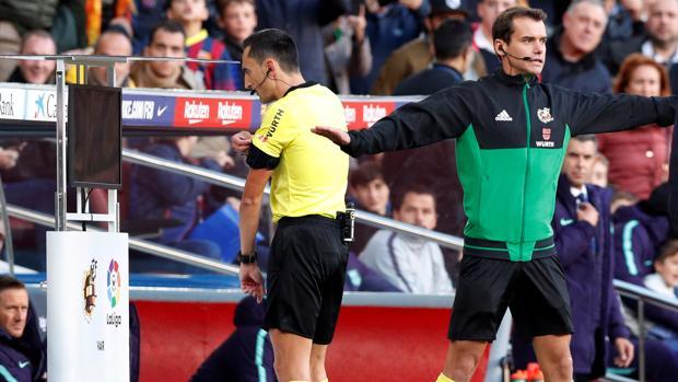 Un árbitro acude al VAR en el Camp Nou