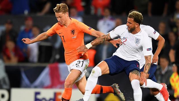Frenkie de Jong (i) de Holanda disputa un balón ante Kyle Walker (d) de Inglaterra