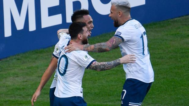 Messi y Otamendi celebran con Lautaro su gol ante Venezuela
