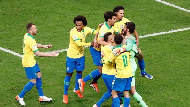 Brasil celebrando el pase a semifinales ante Paraguay