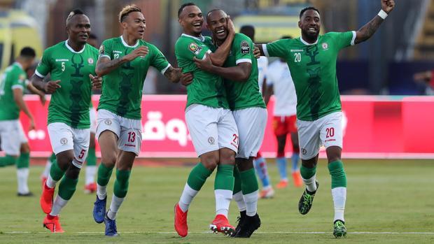 Los jugadores de Madagascar celebran el pase a cuartos de final tras batir a la RD del Congo