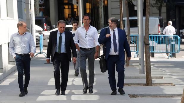 Aguilar, con camisa blanca en el centro, camino de los juzgados