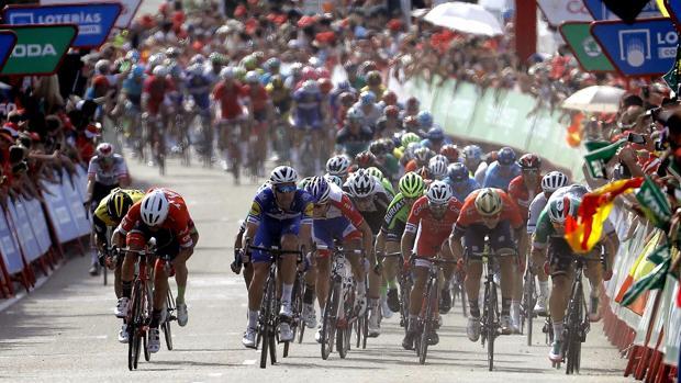 Velocistas en cabeza del pelotón en la pasada edición de La Vuelta