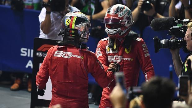 Vettel y Leclerc se felicitan tras el doblete de Ferrari en Singapur