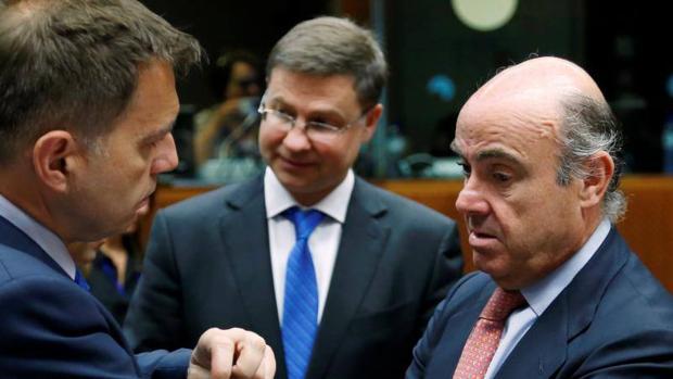 El vicepresidente de la Comisión Europea, Valdis Dombrovskis, junto al ministro español en funciones Luis De Guindos