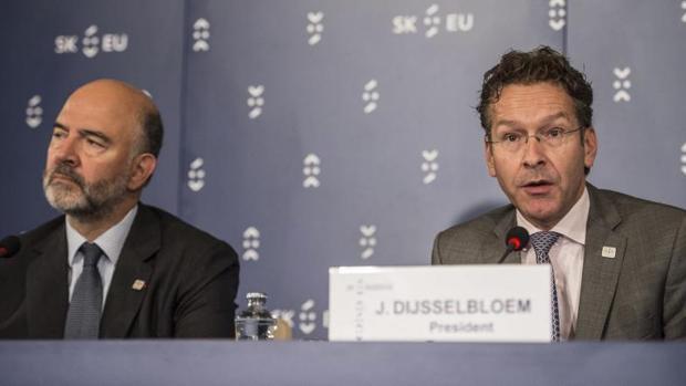 El presidente del Eurogrupo, Jeroen Dijsselbloem (d), y el comisario de Asuntos Económicos, Pierre Moscovici
