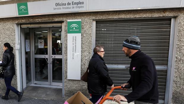 El paro baja en Andalucía en 78.000 personas en 2016, y se crean 25.900 empleos en el año
