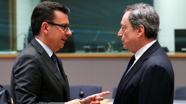 El ministro de Economía, Román Escolano, junto con el presidente del BCE, Mario Draghi