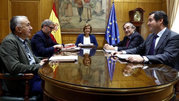 Álvarez, Sordo, Báñez, Rosell y Garamendi, de izquierda a derecha, en un acto en el Ministerio de Empleo