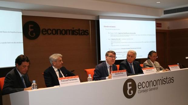 El presidente del Consejo General de Economistas, Valentí Pich, junto al exministro Jordi Sevilla