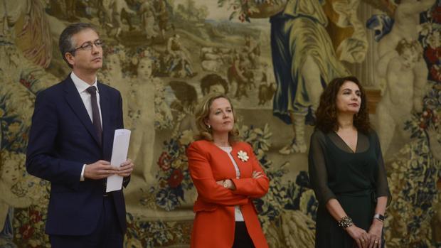 De izda a derecha: el gobernador del Banco de España Pablo Hernández de Cos y las ministras de Economía y Hacienda