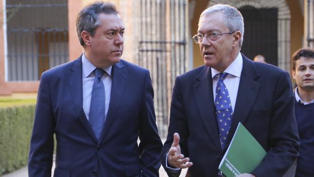 Juan Espadas, alcalde de Sevilla, -a la izquierda- y Rogelio Velasco, consejero de Economía de la Junta