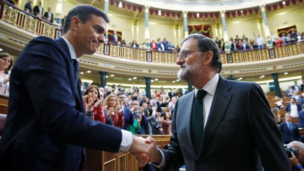 El expresidente del Gobierno, Mariano Rajoy, felicita al recién investido presidente Pedro Sánchez, tras la moción de censura