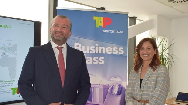 Abílio Martins, responsable de Marketing y Ventas de TAP junto a Maria de Lourdes Vale, directora de Turismo de Portugal en España