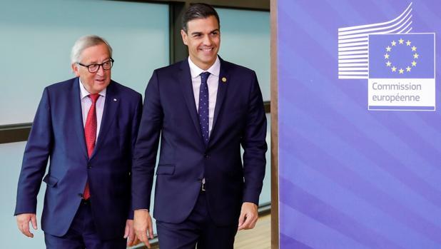 El presidente de la Comisión Europea, Jean Claude Juncker, junto con Pedro Sánchez