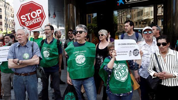 La plataforma Stop Desahucios durante una concentración convocada el pasado martes frente a una entidad bancaria en Pamplona