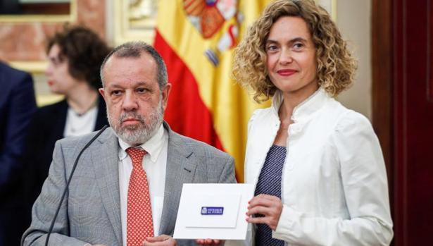 El Defensor del Puieblo en funciones, Francisco Fernández Marugán,iz., hace entrega a la presidenta del Congreso, Meritxell Batet, el informe anual de su instiotución.