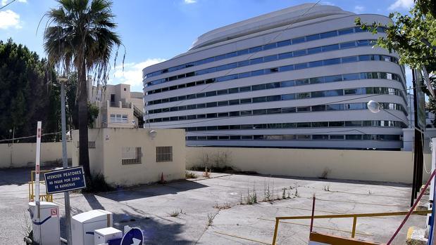 Parcela donde hasta hace poco funcionaba un parking en superficie en la cale Manuel Siurot y donde Quirónsalud construira un hospital. Linda el solar con el centro médico de especialidades Quirónsalud Manuel Siurot