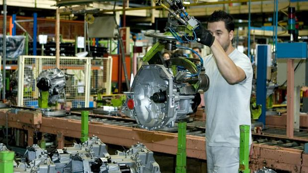 Un operario monta una caja de cambios en la factoría sevillana de Renault