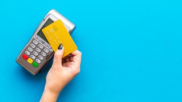 Sacar 100 euros en un cajero de la zona euro nos costará, de media, 4,2 euros