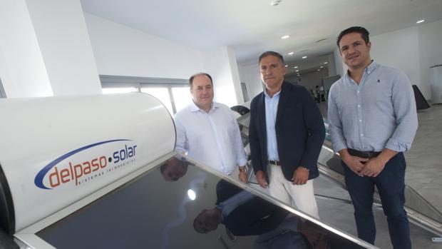 Juan Manuel Rubio, director general, junto a Antonio y Víctor Jiménez del Paso, dueños de la compañía
