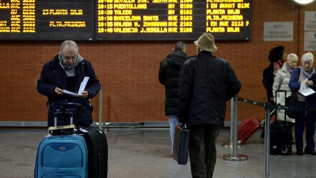 Viajeros durante la huelga de Renfe en la estación de Atocha, en octubre del año pasado