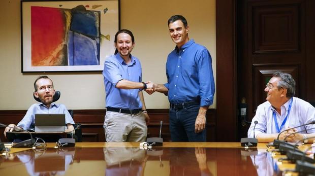 El secretario general de Podemos, Pablo Iglesias, y el presidente del Gobierno, Pedro Sánchez