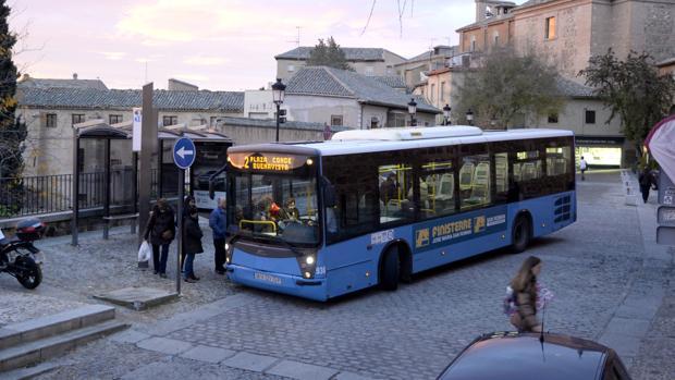 Usuarios de transporte urbano en una imagen de archivo
