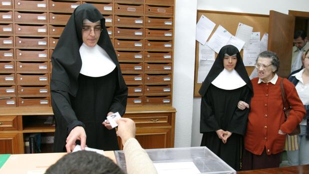 Monjas votando en un colegio electoral
