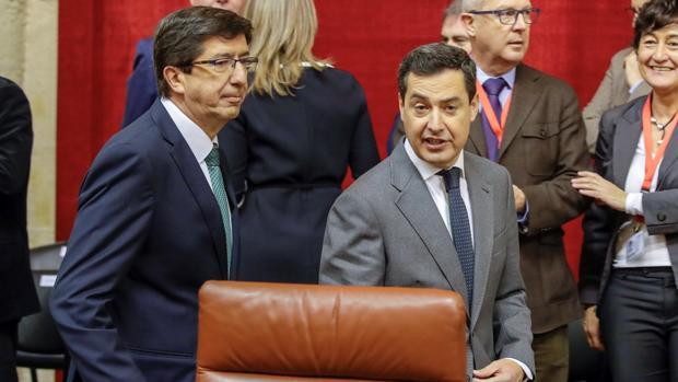 Los líderes de Ciudadanos, Juan Marín y del PP-A, Juanma Moreno, a su llegada al Parlamento de Andalucía este jueves