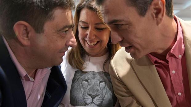 El presidente del Gobierno, Pedro Sánchez, conversa con el secretario del PSOE en Jaén, Francisco Reyes, junto a la líder de los socialistas andaluces, Susana Díaz